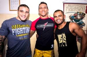 Lutadores do UFC entregam equipamentos de treinamento aos policiais da ROTA