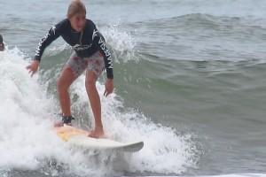 Surfista Pâmella Mel disputará campeonato contra meninas e meninos nesse sábado