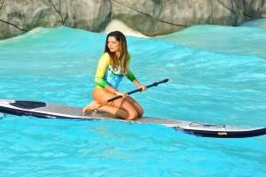 Apresentadora Carol Galan pratica Stand Up Paddle na piscina de ondas do Magic City