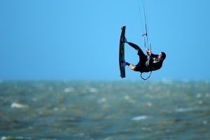 Andre Cintra veleja de kitesurf em Jericoacoara antes das competições na neve