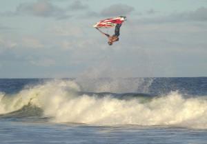 Atleta baiano faz treinamento radical nas ondas da Bahia