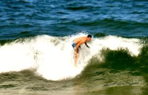 Esquiador baiano surfa durante as férias das competições
