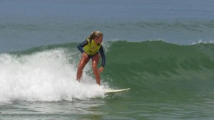 Pâmella Mel é reconhecida como a surfista mais jovem do país